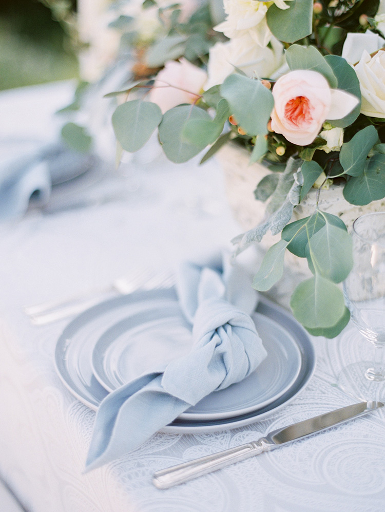 light blue linen napkins knotted