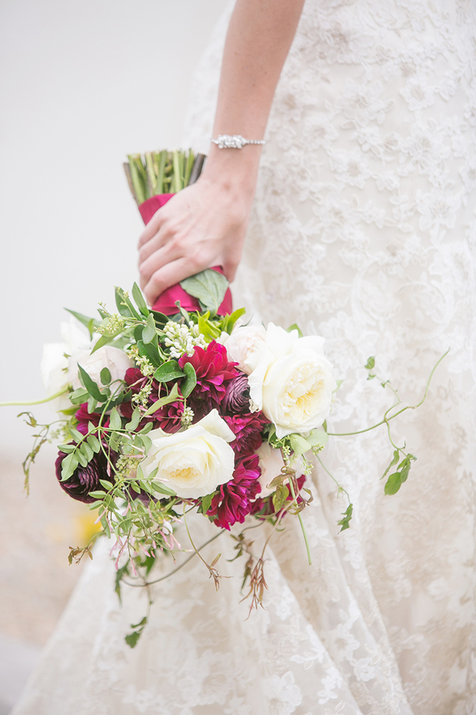 Loose & modern bouquet design in white and wine tones.